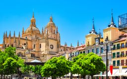 Quadrado principal da plaza com a catedral de Segovia no fundo, Segovia, Espanha imagens de stock