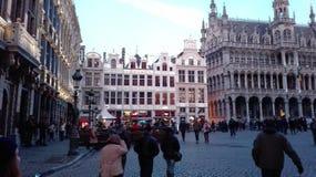 Quadrado principal de Bruxelas, Bélgica, período do Natal cidade festiva decorada com luzes e outras decorações fotos de stock royalty free