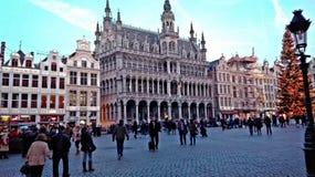 Quadrado principal de Bruxelas, Bélgica, período do Natal cidade festiva decorada com luzes e outras decorações imagens de stock royalty free