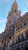 Quadrado principal de Bruxelas, Bélgica, período do Natal cidade festiva decorada com luzes e outras decorações foto de stock