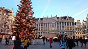 Quadrado principal de Bruxelas, Bélgica, período do Natal cidade festiva decorada com luzes e outras decorações imagem de stock royalty free
