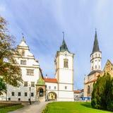 Quadrado principal e igreja de St James em Levoca fotografia de stock royalty free