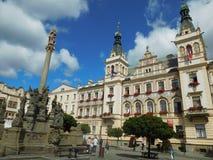Quadrado principal em Pardubice boêmio com a câmara municipal fotografia de stock