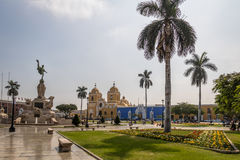 Quadrado principal & x28; Plaza de Armas& x29; e catedral - Trujillo, Peru imagem de stock