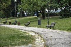 Quadrado quieto com bancos do jardim e lotes do verde fotos de stock