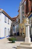 Quadrado romântico com estátua transversal, Portugal fotos de stock