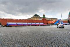 Quadrado vermelho com decoração, preparação para a 9a do dia da vitória de maio em Moscou Rússia Fotografia de Stock