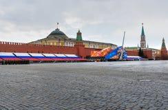 Quadrado vermelho com decoração, preparação para a 9a do dia da vitória de maio em Moscou Rússia Fotos de Stock Royalty Free