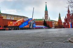 Quadrado vermelho com decoração, preparação para a 9a do dia da vitória de maio em Moscou Rússia Imagens de Stock