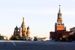 Quadrado vermelho e catedral do ` s da manjeric?o do St fotografia de stock