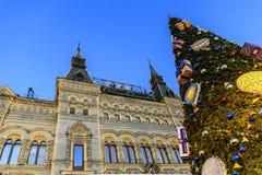 Quadrado vermelho, GOMA Árvore da fachada e de abeto com os presentes em feriados do Natal e do ano novo Moscovo, Rússia imagens de stock