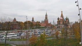 Quadrado vermelho, Moscou, Rússia, o 21 de outubro de 2018 Ideia de uma peça da parede de Spasskaya, Konstantin-Eleninsky do Krem filme