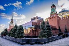 Quadrado vermelho Torre de Spaskaya, mausoléu de V Lenin, a torre do Senado no por do sol de um dia ensolarado no outono atrasado foto de stock royalty free