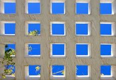 Quadrados azuis brilhantes abstratos da arquitetura moderna fotografia de stock royalty free
