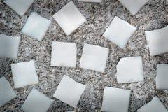 Quadrados brancos no muro de cimento Imagem de Stock