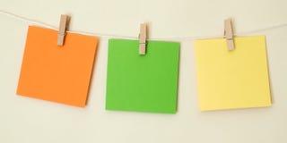 Quadrados coloridos da nota que penduram 2 Fotografia de Stock Royalty Free