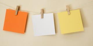 Quadrados coloridos da nota que penduram 3 Fotos de Stock Royalty Free