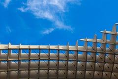 Quadrados de madeira contrariamente a um céu azul imagem de stock royalty free