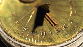 Quadrante di un orologio solare su un fondo bianco Fine in su archivi video
