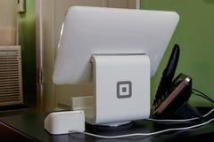 Quadrat beweglicher Appkredit- und -debetzahlungsleser und -schirm Quadrat nimmt Visum, Master Card, American Express und Discove stockfoto