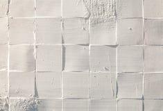 Quadrat deckt keramischen gemalten weißen rauen strukturierten Wandmusterhintergrund mit Ziegeln Lizenzfreie Stockfotografie