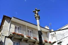 Quadrat mit altem Steinkreuz und Balkon mit Blumen Pontevedra, Galizien, Spanien lizenzfreie stockbilder