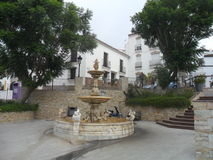 Quadrat mit Brunnenmanilva Andalusien-Spanien Stockbild