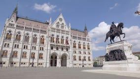 Quadrat mit Monument vor ungarischem Parlaments-Gebäude am sonnigen Tag stock footage