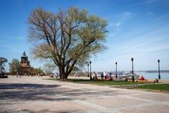 Quadrat nahe den Wänden des Kremls in Nizhny Novgorod mit einem großen ausbreitenden Baum und Laternen, die den Fluss übersehen lizenzfreies stockfoto
