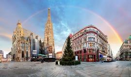 Quadrat Panoramaods Wien mit Regenbogen - Stephens-Kathedrale, nob stockfotografie