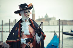 Quadrat Sans Marco Venetianisches verdecktes Modell vom Venedig-Karneval 2015 mit Gondel Lizenzfreie Stockfotos
