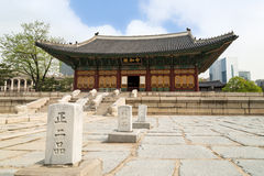 Quadrat und die Haupthalle von Deoksugungs-Palast in Seoul Lizenzfreie Stockbilder