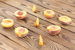 Quadrat von Hälften von Pfirsichen und von Scheiben des Pfirsiches stockbild