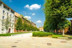 Quadratgassenstraßen-Grünbäume Marktplatz Sant 'Ambrogio, Mailand, Ita lizenzfreie stockbilder