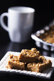 Quadrati del burro di arachidi della caramella gommosa e molle con la tazza di caffè Immagine Stock Libera da Diritti