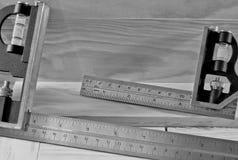 Quadrati di carpenteria sulle plance di legno Immagini Stock Libere da Diritti
