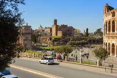 Quadratische Ansicht des Kolosseums in die Stadt von Rom stockfoto