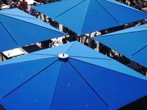Quadratische blaue Regenschirme über einem Café lizenzfreie stockfotos