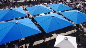 Quadratische blaue Regenschirme über einem Café lizenzfreie stockfotografie