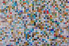 Quadratische bunte gelegentliche Formbeschaffenheit der Ton- und Mustermosaikfliesen mit dem Füllen, bunte Mosaikglas-Fliesenwand Lizenzfreie Stockfotos