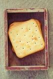 Quadratische Cracker im Weinlesekasten. Lizenzfreie Stockfotografie