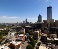 Quadratische Ernte-Vogelperspektive über im Stadtzentrum gelegenen Straßen-Gebäuden Atlantas stockfoto