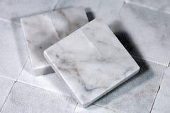 Quadratische Fliesen weißen Carrara-Marmors stockbild