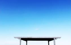 Quadratische hölzerne Halle auf Sockeln, blauer Himmel Lizenzfreies Stockfoto