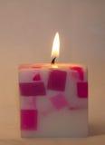 Quadratische Kerze auf einem weißen Hintergrund Lizenzfreie Stockfotos