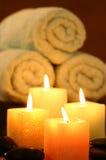 Quadratische Kerzen vor Tuch Lizenzfreie Stockfotografie