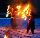 Quadratische klare zwei weibliche Fakire, die mit Feuer spielen Stockfoto
