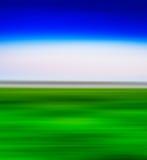 Quadratische Landschaft des klaren Grüns mit Abstraktion des blauen Himmels Stockbild