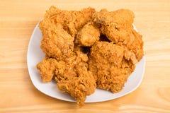 Quadratische Platte von Fried Chicken auf hölzerner Tabelle Lizenzfreies Stockfoto