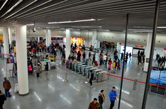 Quadratische U-Bahnstations-Mengen der Leute und Sicherheitszähler Shanghai, China Stockfotografie